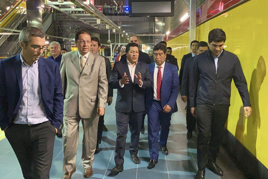 Personas elegantes caminando dentro de una estación del Metro