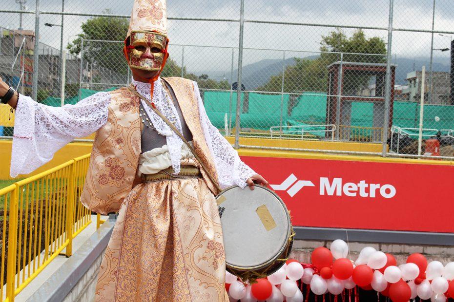 Ambiente de carnaval para festejos en el Metro