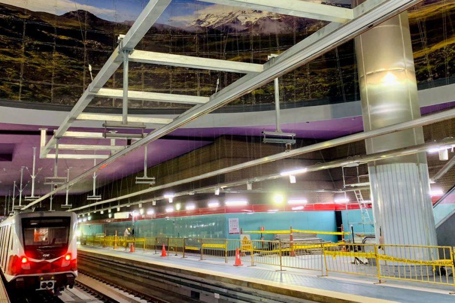 El 30 de octubre, un tren completó el trayecto de la primera línea del Metro de Quito, desde Quitumbe hasta Labrador como parte de la fase de pruebas.