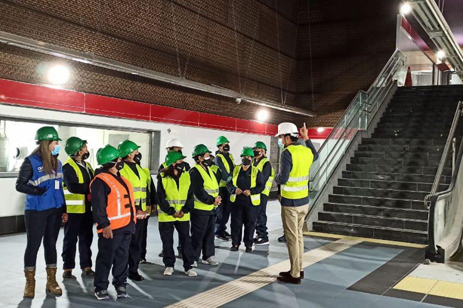 El Metro de Quito realizó la segunda jornada de MetroTalleres con comerciantes del Mercado Municipal Santa Clara.