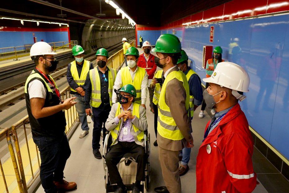 Representantes de las subsecretarías de discapacidades y de gestión intergeneracional del MIES constataron la accesibilidad en la estación Ejido del Metro de Quito.