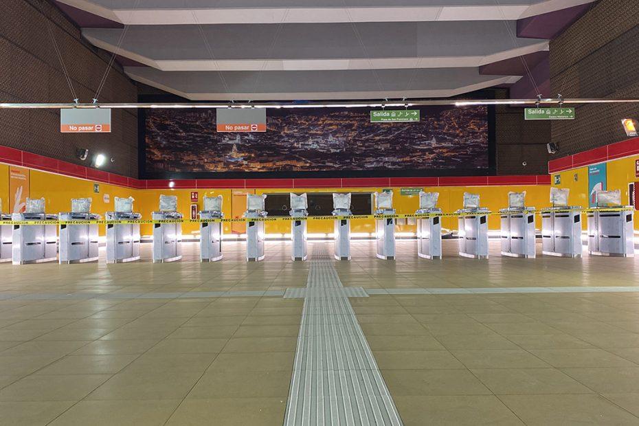Continúa el proceso de instalación y pruebas de los controles de peaje con pantallas (CPP) en las estaciones del Metro de Quito.